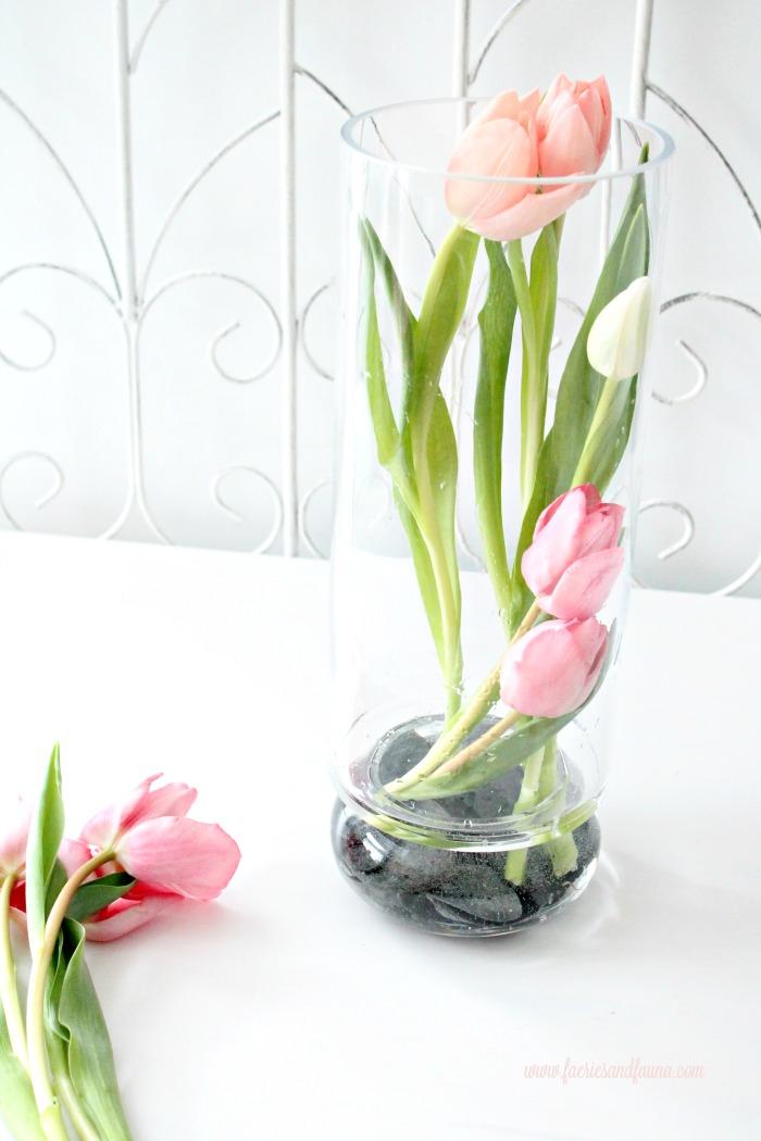 Tulip Arrangement Ideas, flower arrangement images, easy florist, tulip flower, tulip flower arrangements, easy flowers, pink tulips, white tulips, DIY spring flower arrangements, spring flowers, flower decoration,