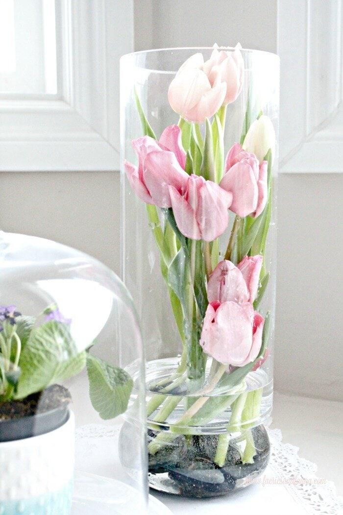 Tulip Arrangement Ideas, flower arrangement images, easy florist, tulip flower, tulip flower arrangements, easy flowers, pink tulips, white tulips, DIY spring flower arrangements, spring flowers, flower decoration.