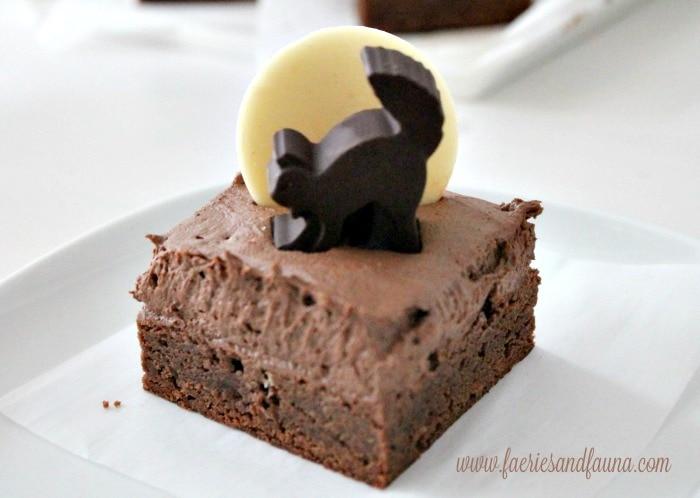 Halloween snack idea a black cat on a chocolate brownie.